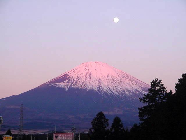 満月と朝焼けに染まる富士山