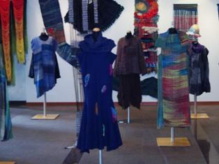 服の形をしたアート展