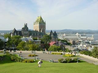 ケベックホテルと芝生