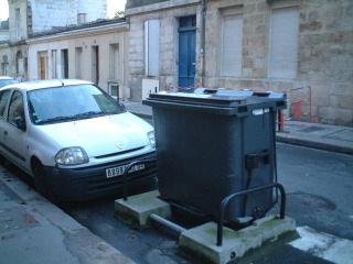 ボルドーのゴミ箱