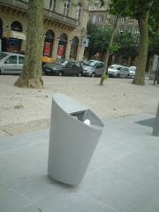 ボルドーの新しいタイプのゴミ箱