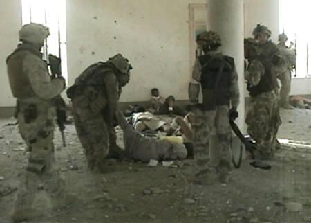 米軍、モスクでイラク人負傷者を射殺!