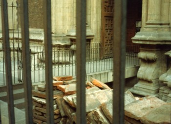 教会の前の瓦礫