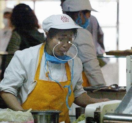 日本人輸出向けキムチに丹念に唾を練りこむ