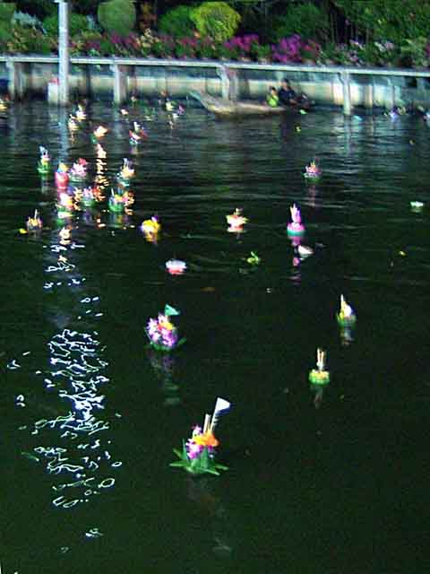 運河に流されたカトーン(灯篭)
