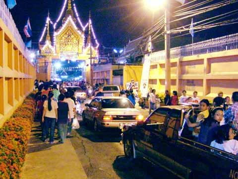 思い思いにお寺に集まるタイ市民