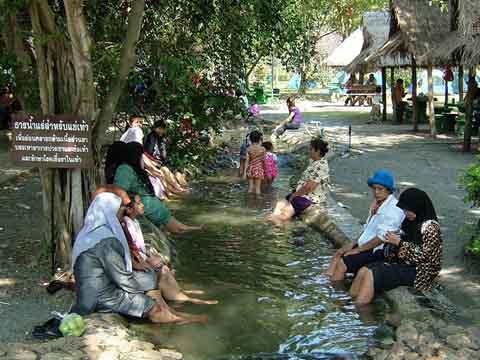足湯を楽しむ人たち