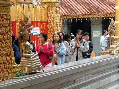 祈りながら回廊をまわる信者たち