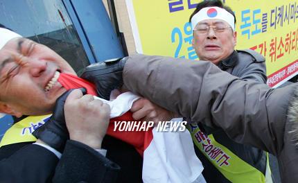 日本国旗を食べる韓国人。