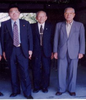 亀井静香国会議員が比治山陸軍墓地に参拝。中央は飛子大郎氏