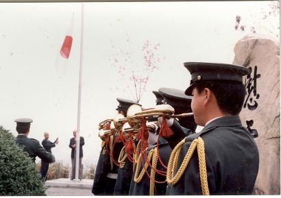 比治山陸軍墓地合同追悼式国旗掲揚場面