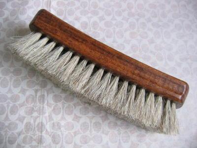 53b0d16e9c2905 こちらは革製品専用のブラシです。 馬の毛でできています。 アメリカで購入しました。 ナッパ革などの艶だしに使います。