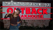OUTBACKの前で