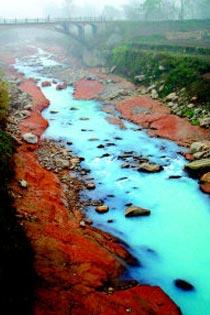 青く輝く美しい川