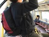 懸垂ができるほどまで空いた列車の中。