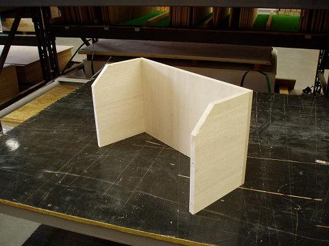 背板に左右側面を取り付けた状態