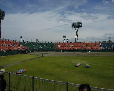 金沢・満員で2万人のこじんまりした球場